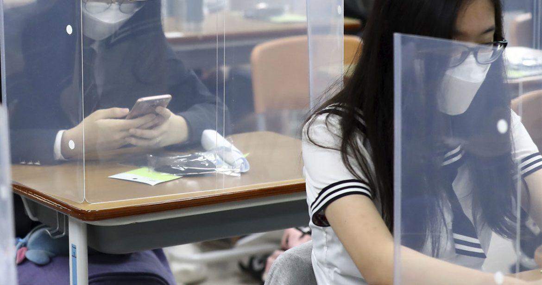 Scuola, la denuncia del Cccp: «Plexiglass, doppi turni, lezioni miste: anche no»