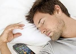 Τι μπορεί να πάθετε εάν κοιμάστε με το κινητό δίπλα σας;