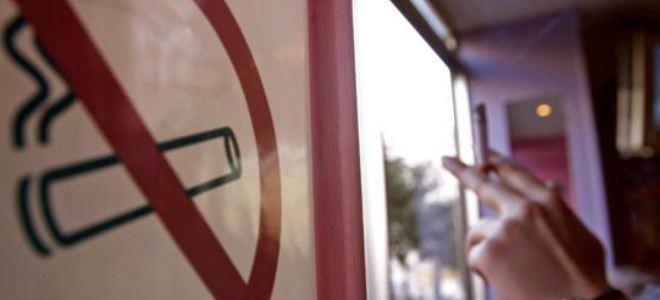 Δύο πρόστιμα για κάπνισμα σε καφετέρια – Αρνείται ότι παρανόμησε η επιχείρηση