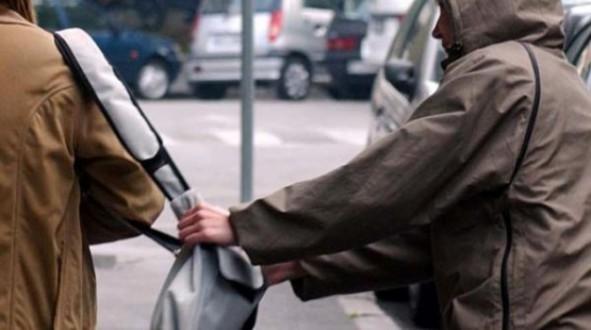 Άγνωστος αφαίρεσε εκατοντάδες ευρώ από ηλικιωμένη χθες το μεσημέρι στο κέντρο του Βόλου