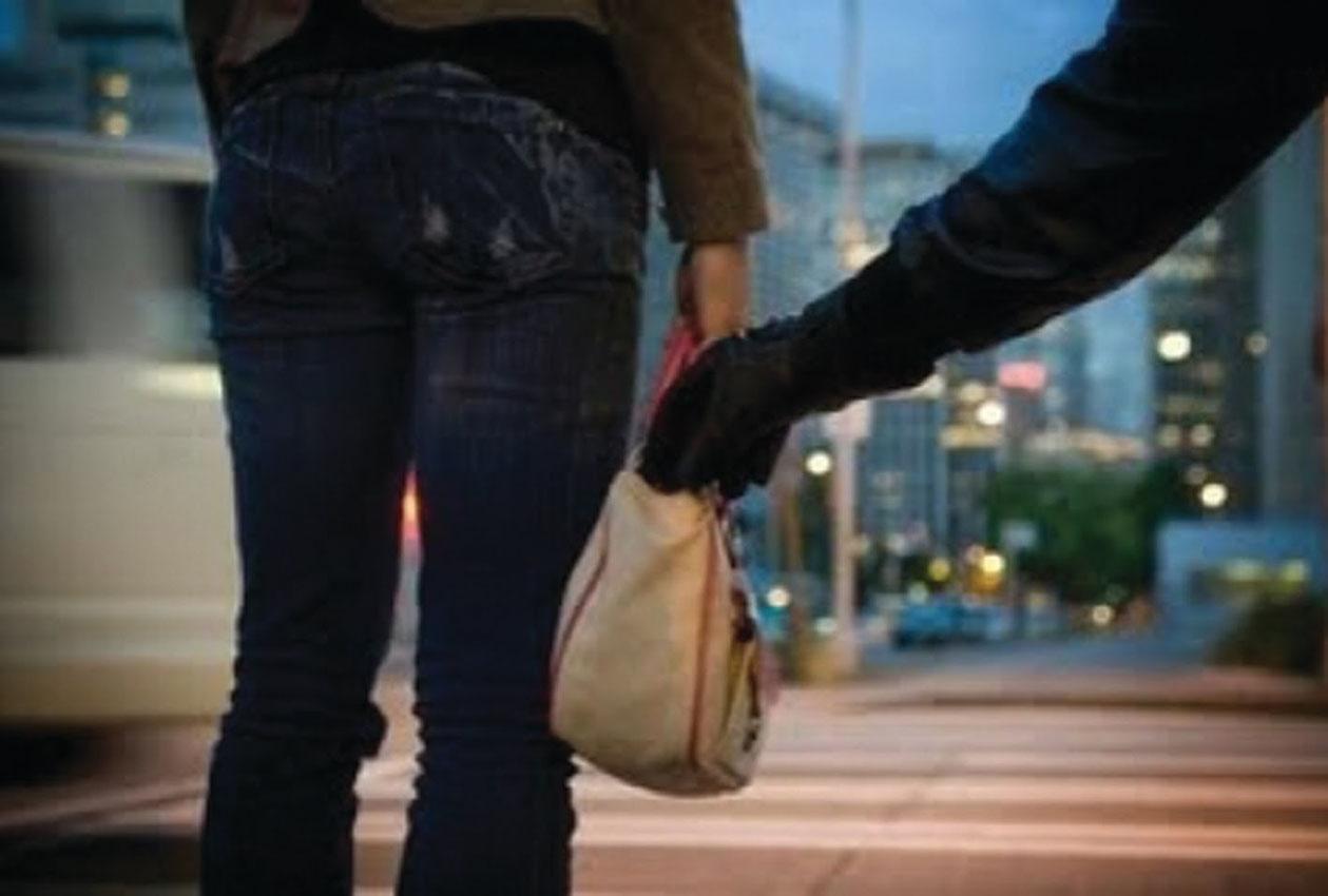 Λάρισα: Άρπαξε τσάντα με τραπεζική κάρτα και πήγε για ψώνια!