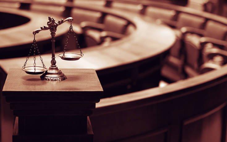 Έκανε στοματικό σεξ στο φίλο της μέσα στο δικαστήριο
