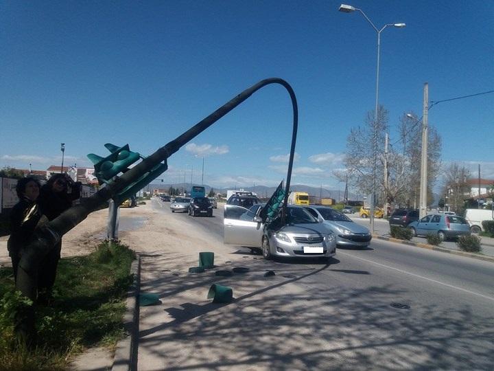 Λάρισα: «Έπεσε» φανάρι πάνω σε αυτοκίνητο στη Γιάννουλη! (Φώτο)