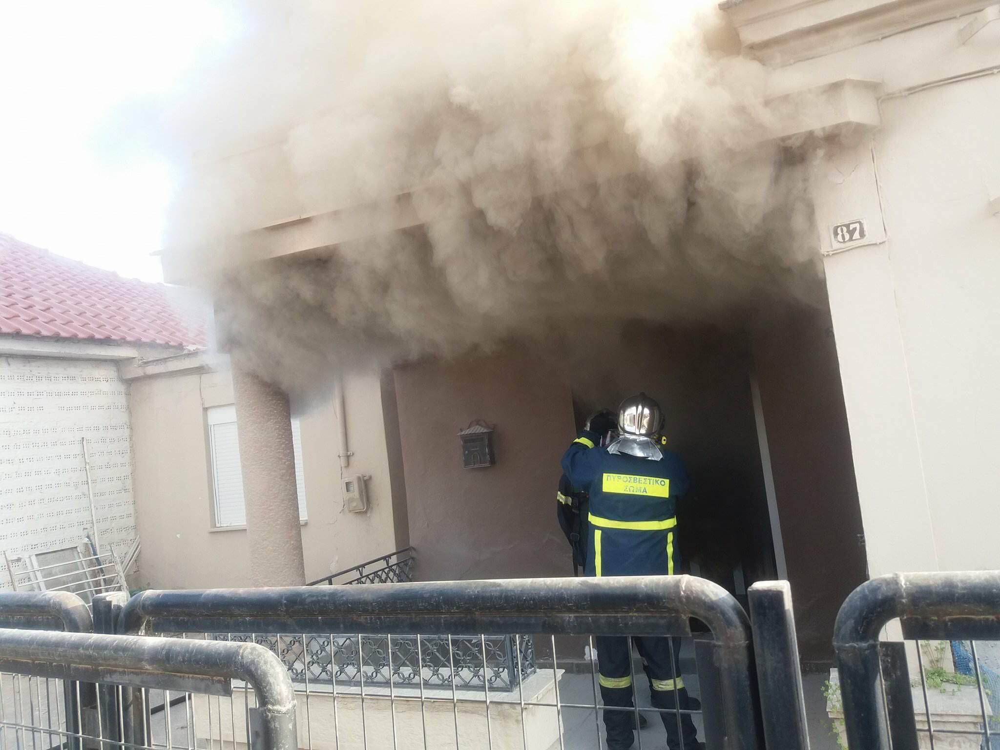 Μεγάλη φωτιά σε μονοκατοικία στη Λάρισα (ΦΩΤΟ)