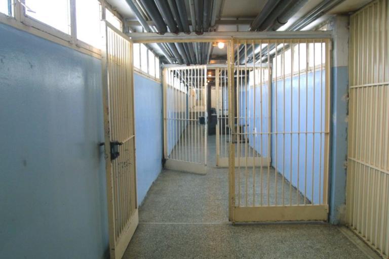 Ισοβίτες πλακώθηκαν μέσα στις φυλακές – Ένας τραυματίας από το αιματηρό επεισόδιο!