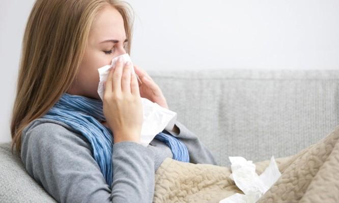 Τι να κάνετε αν νιώθετε ότι σας… τριγυρνάει ένα κρύωμα