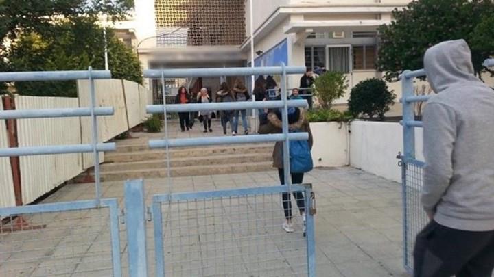 Λήστεψαν μαθητή με απειλή μαχαιριού έξω από σχολείο