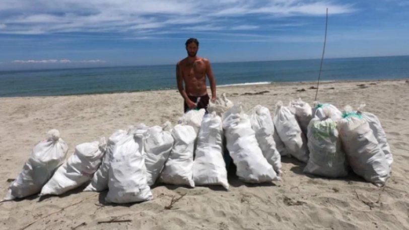 Έλληνας ράπερ καθάρισε παραλία 1,5 χιλιομέτρου στη Λάρισα, γεμίζοντας 20 σακιά με σκουπίδια (vid)