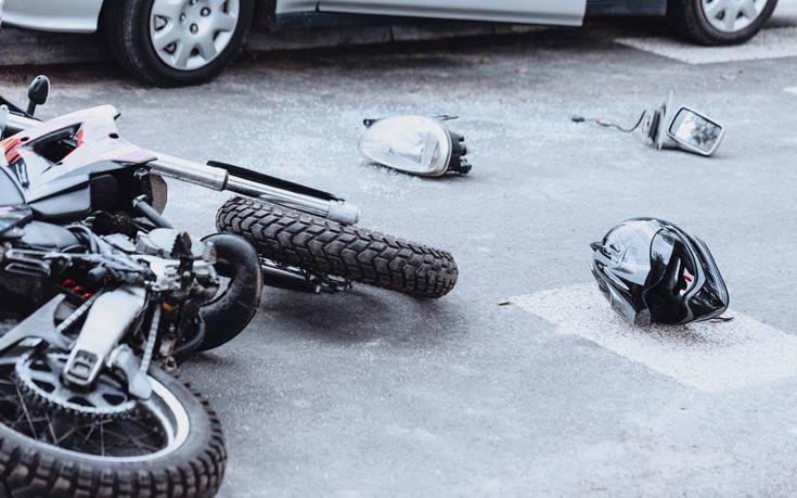 Σύγκρουση αυτοκινήτου με μηχανή στη Λάρισα