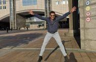 Ο Γεωργούλης χοροπηδά έξω από το ευρωκοινοβούλιο και ποστάρει στο Instagram