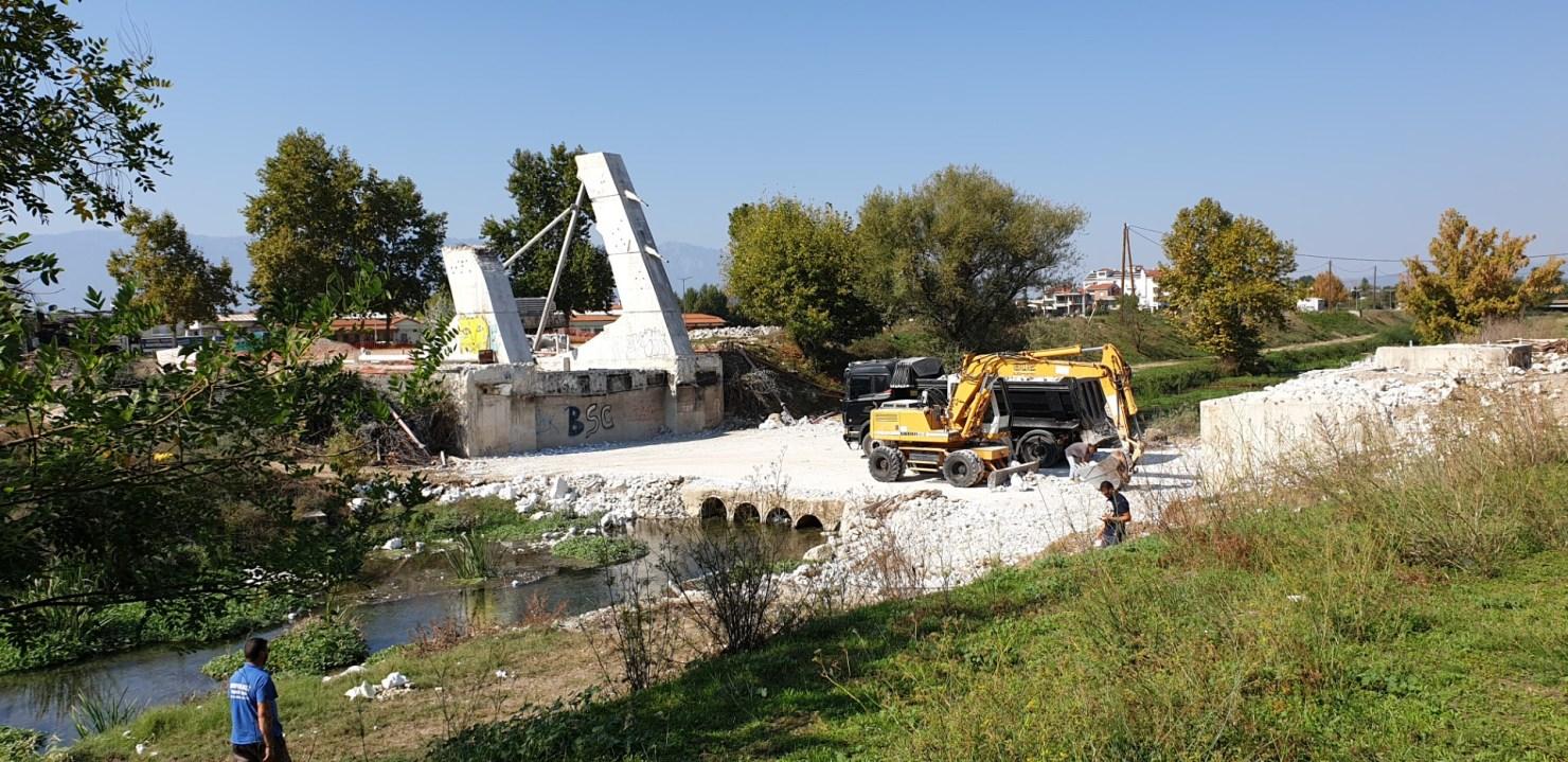 Κατέρρευσε η γέφυρα Καλατράβα των Τρικάλων (video)
