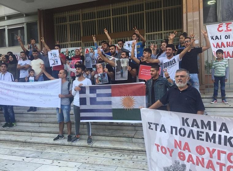 Λαρισαίοι και Κούρδοι πρόσφυγες ένωσαν τη φωνή τους στην κεντρική πλατεία - ΦΩΤΟ