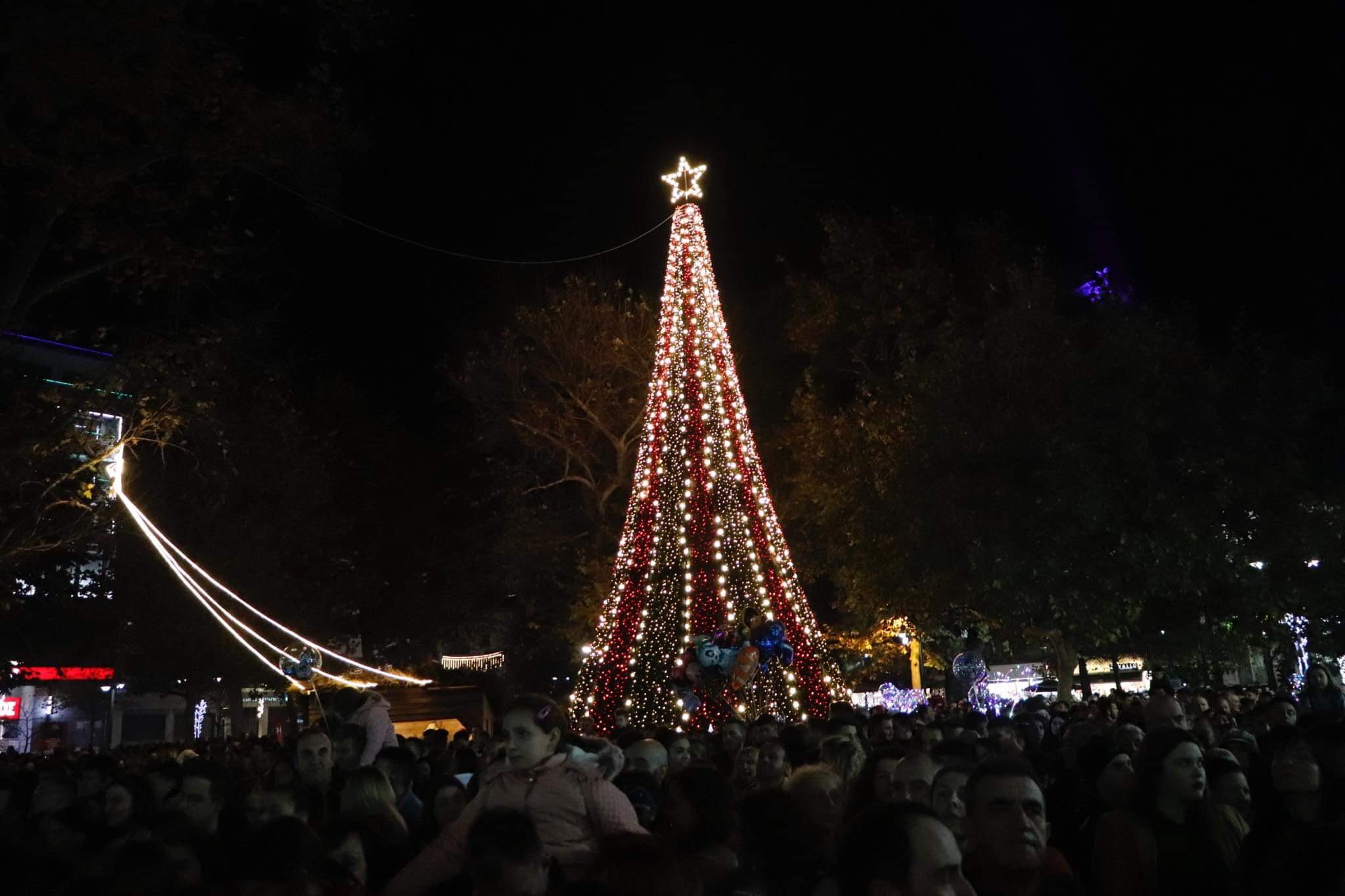 Φωτίστηκε το Χριστουγεννιάτικο Δέντρο στη Λάρισα!- Πλήθος κόσμου χόρεψε σε ρυθμούς Stavento – ΦΩΤΟ
