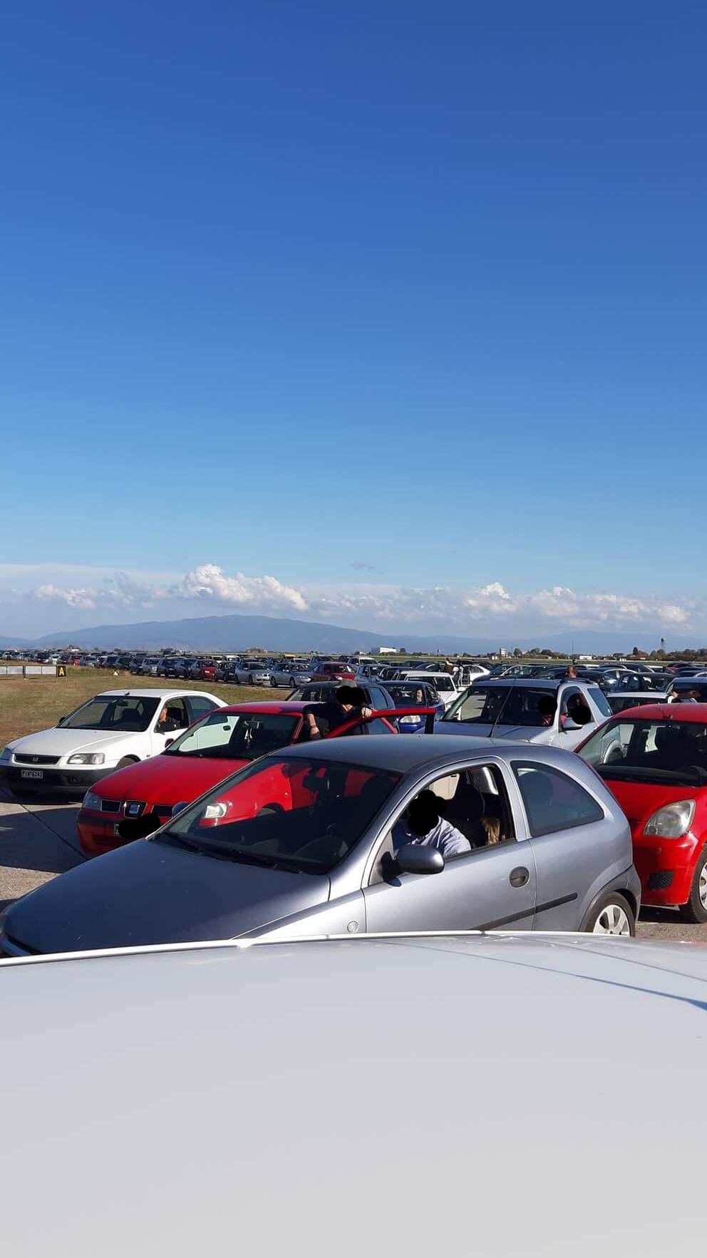 «Εγκλωβισμένα» παραμένουν εδώ και μια ώρα τα οχήματα στην 110 Πτέρυγα Μάχης στη Λάρισα ΦΩΤΟ