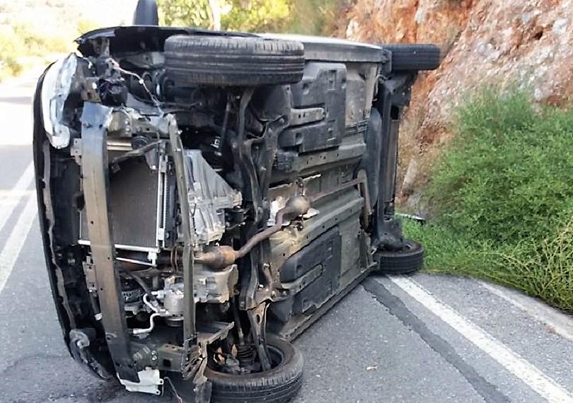 Αυτοκίνητο τούμπαρε έξω από τη Λάρισα, κοντά στη Νίκαια και τραυματίστηκε ένας άντρας