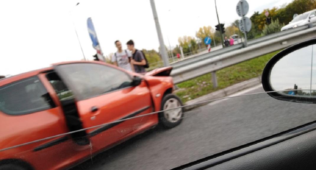 Σύγκρουση δύο αυτοκινήτων στη Λάρισα – Δύο άτομα στο νοσοκομείο (ΦΩΤΟ)