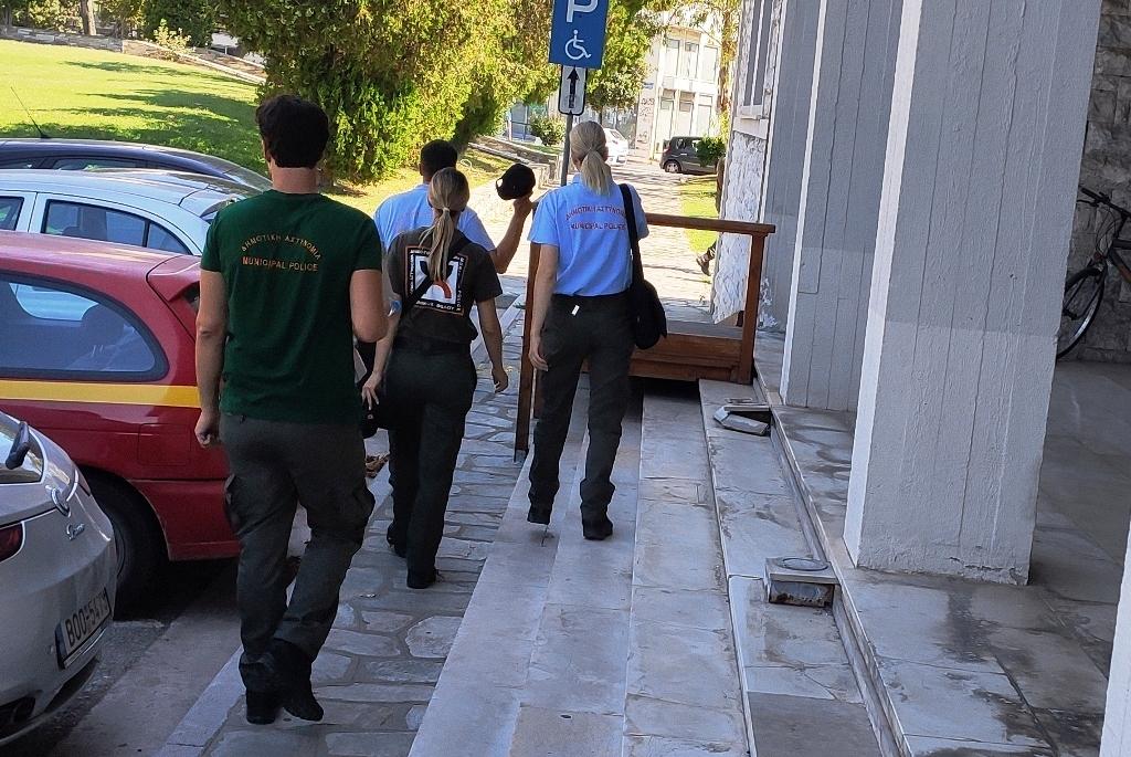 Βόλος: Βιντεοσκοπούσε …τους δημοτικούς αστυνομικούς για να κάνει παράπονα στον δήμαρχο!