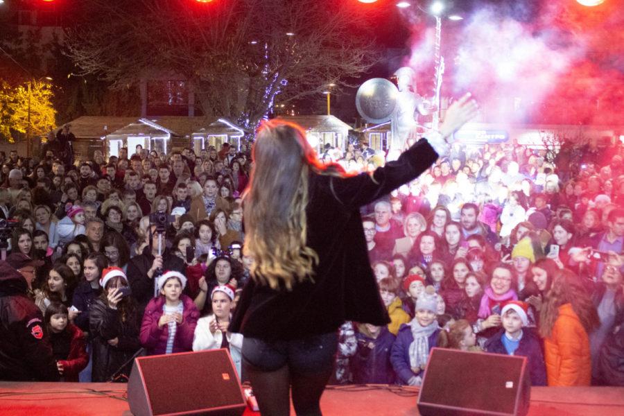 Διασκέδαση, χαρά και υπέροχη συναυλία με Λίλα Τριάντη στο άναμμα του δέντρου στα Φάρσαλα - ΦΩΤΟ