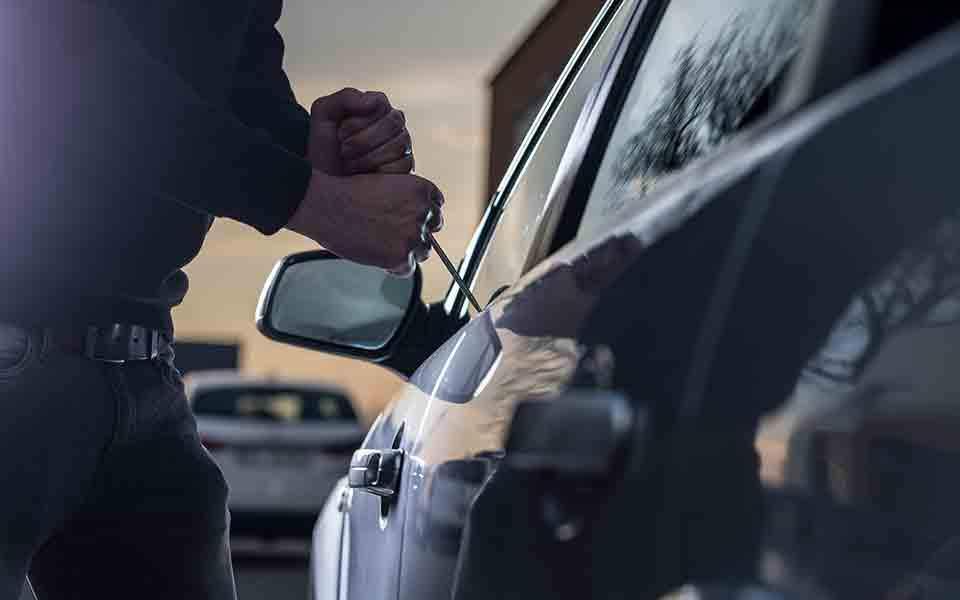 Χειροπέδες σε 20χρονο που άνοιγε αυτοκίνητα στη Λάρισα