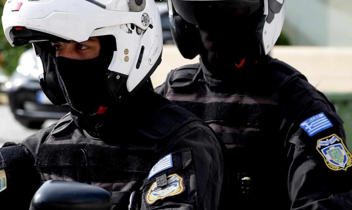 Αστυνομικοί «τακτοποιούν» τους Λαρισαίους στην ουρά της τράπεζας (video)