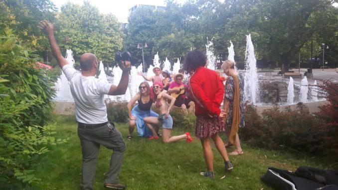 Λάρισα: Παιδιά του Θεσσαλικού Θεάτρου βούτηξαν στο συντριβάνι της Κεντρικής Πλατείας - ΦΩΤΟ