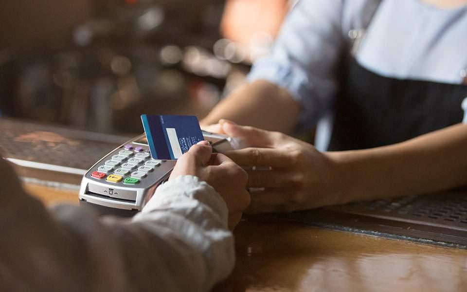 Διατηρείται η υποχρέωση για ηλεκτρονικές αποδείξεις στο 30% του εισοδήματος