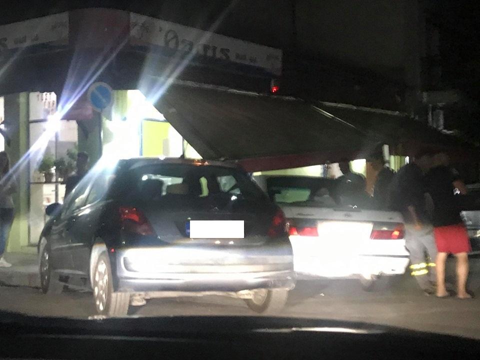 Απίστευτο τροχαίο στη Λάρισα: Αυτοκίνητο λίγο έλειψε να μπει σε φαστ φουντ μετά από σύγκρουση με άλλο ΙΧ