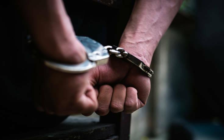 Σύλληψη άνδρα που είχε στο σπίτι του περίστροφα και άλλα όπλα