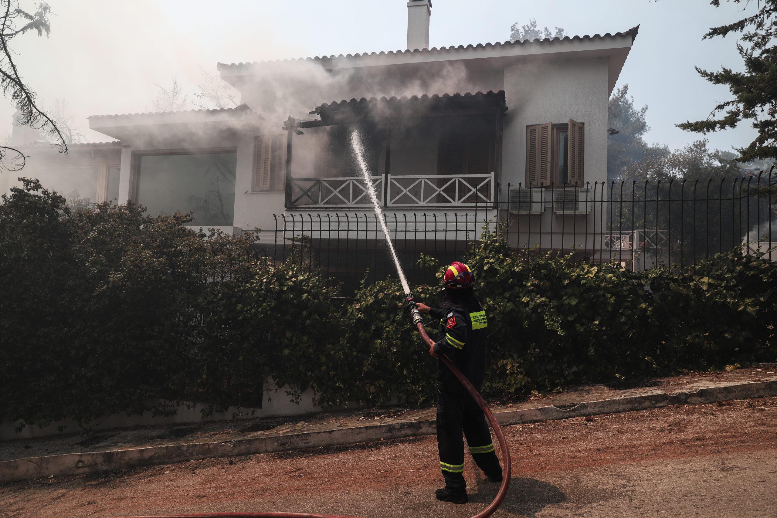 ΒΙΝΤΕΟ – «Πύρινη κόλαση» στον Διόνυσο: Οι φλόγες στις αυλές των σπιτιών του οικισμού Γαλήνη