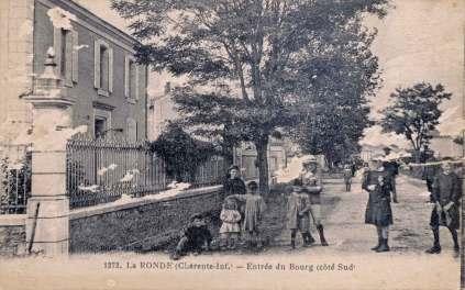 La-Ronde-1272-entree-bourg-carte-postale