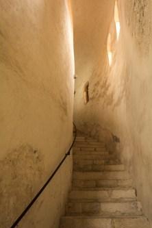 Montée d'escalier, eglise St. Donat.