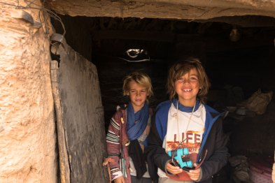 Raphaël et Antoine visitent la cuisine du camp nomade