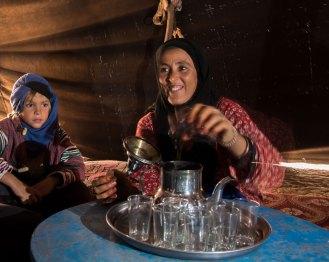 Thé à la menthe au camp nomade. Aïcha