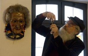 Maskenschnitzer und Larvenfreund Helmut Kubitschek (Foto: Ralf Siegele)