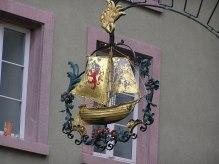 Schild der Taverne 'Zum Schiff', der Larvenstube der schweizer Narronen