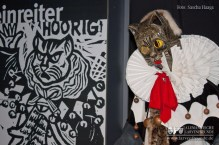 Rechts das Original, links ein Holzschnitt - die Messkircher Katze