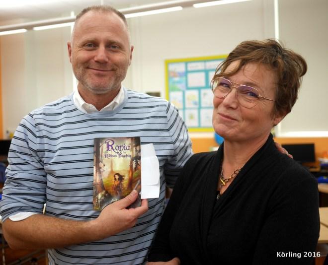 Gör en lektion om Astrid Lindgren och lämnar en bok till klassen i Washington. En bok om hopp!