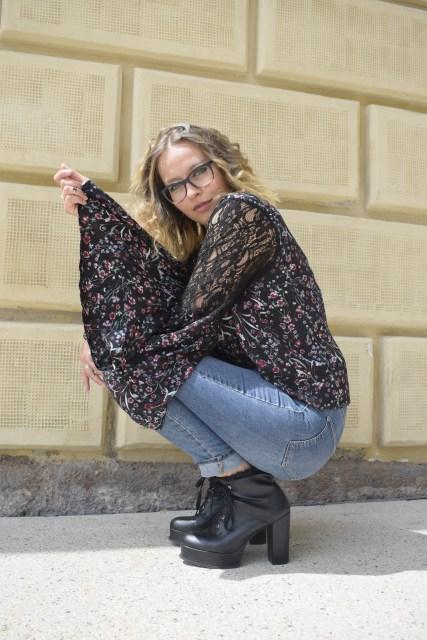 Sara Erb in Jeans und geblümter Bluse mit Trompetenärmeln. Sie gibt ihre individuelle Morgenroutine preis, die ihr Leben verändert hat.