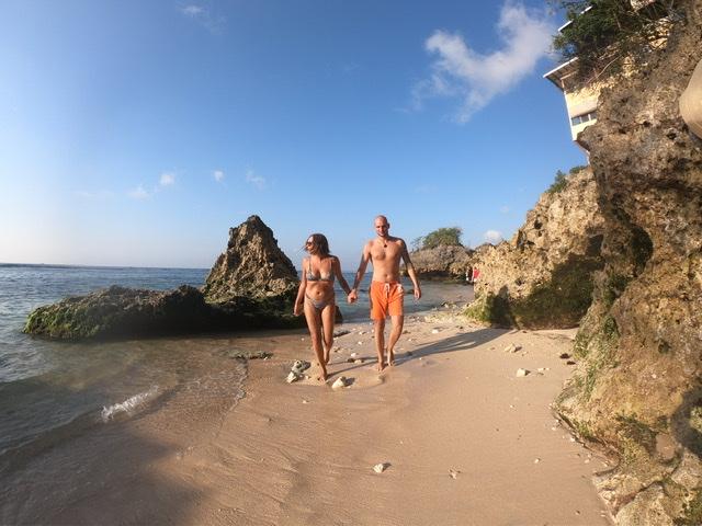Sara Erb und ihr Freund Andreas Aufhammer am Padang Padang Beach in Bali, wo der Film eat pray love mit Julia Roberts gedreht wurde.