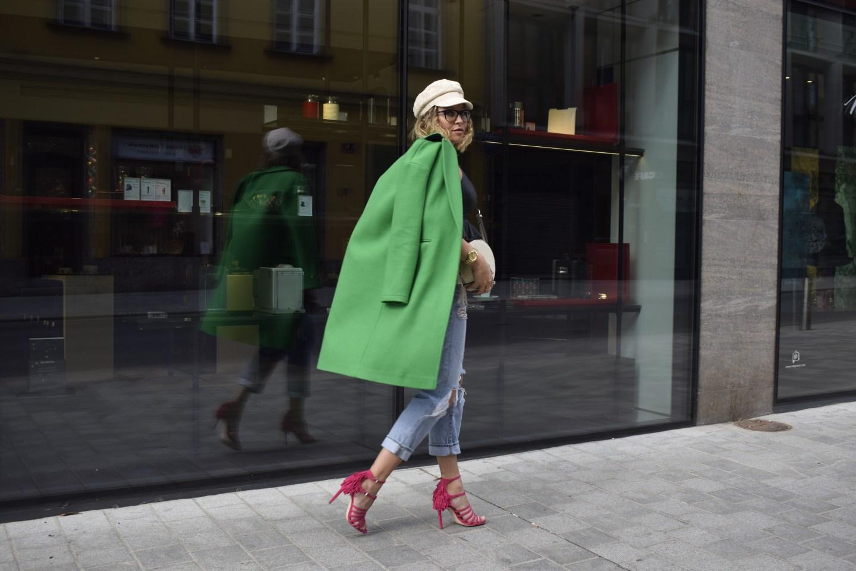 Der giftgrüne Mantel ist bei Sara Erbs Color Blocking Outfit ein wichtiges Element, welches sie auf ihrem Blog lasaraleona.com vorstellt.
