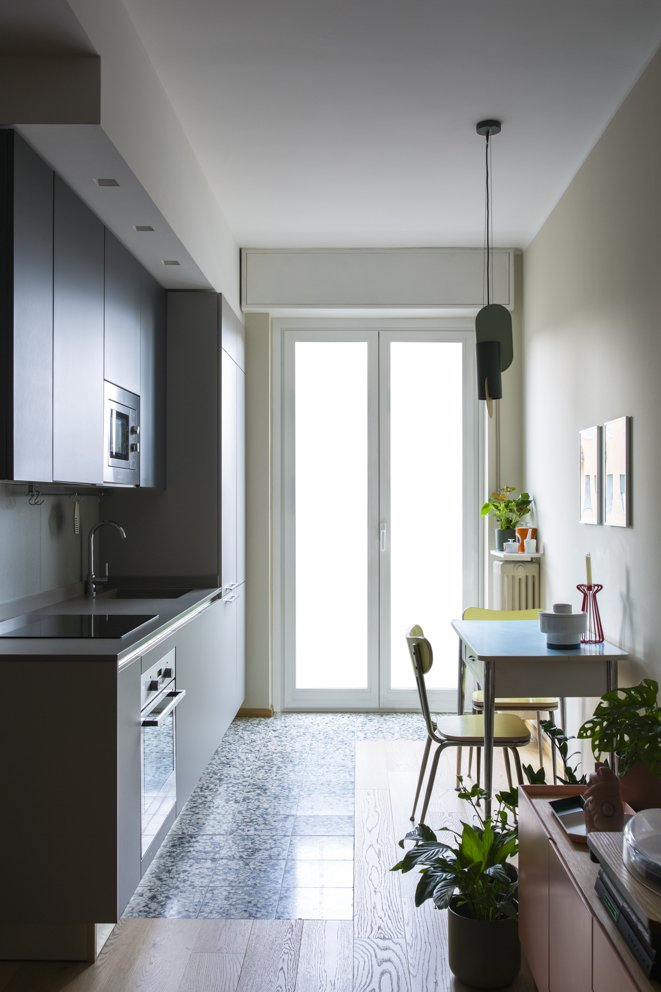 cucina blu e grigia vintage moderno graniglia