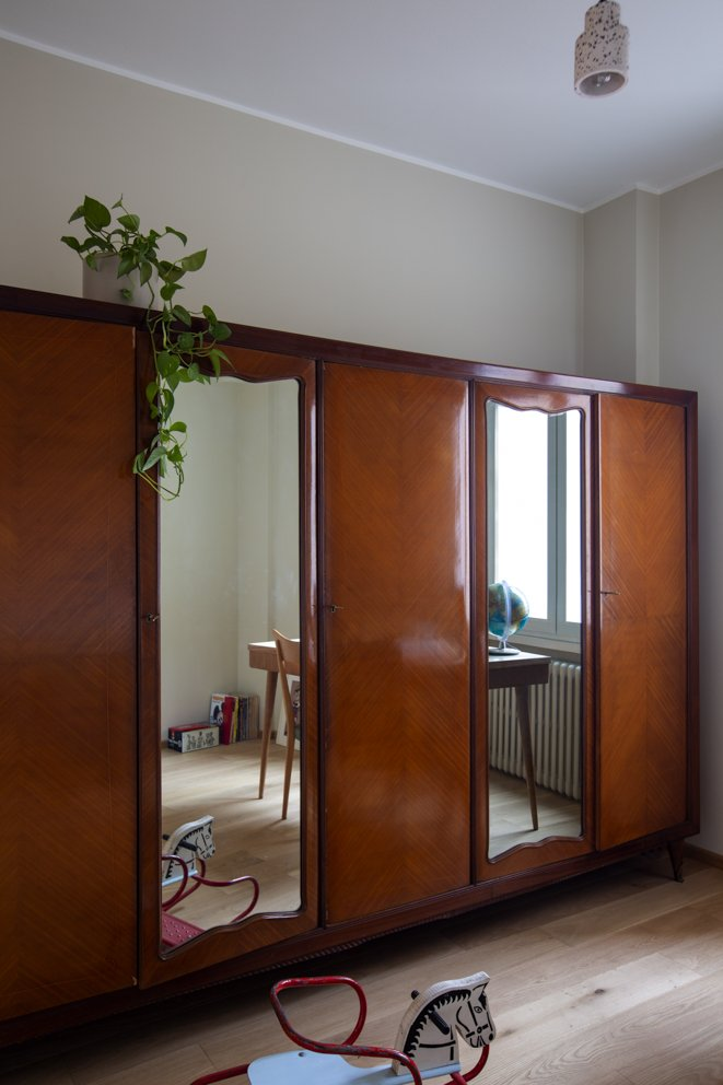 armadio vintage in camera da letto