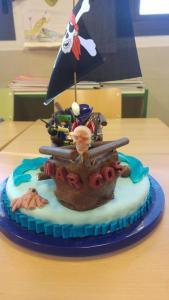 Mi morena Tarta de piratas con Playmobil vista de frente