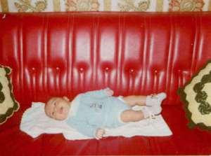 Mi morena recuerdos de niñez sofá rojo