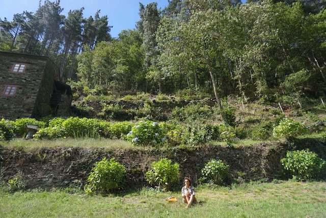 Poema sobre el otoño donde mi morena está sentada en el campo