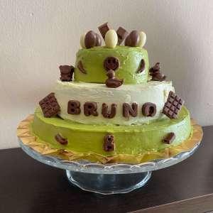 Mi morena Tarta de tres pisos con chocolate blanco y verde