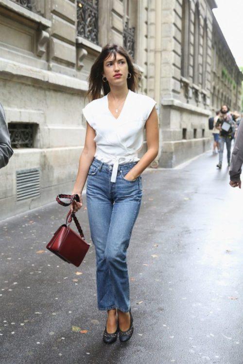 Con su prenda básica: el jean cropped acampanado | With its basic garment: the flared cropped jean