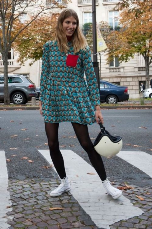Perfecta Veronika Heilbrunner con vestido corto estampado, medias tupidas negras y Converse | Perfect! Veronika Heilbrunner with printed short dress, black tights and Converse
