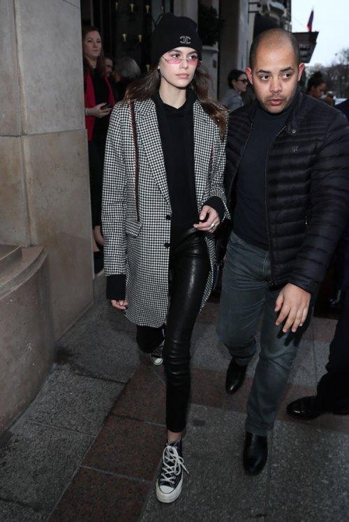 Kaia Gerber with Converse coat pied de coque Street Style_La Selectiva