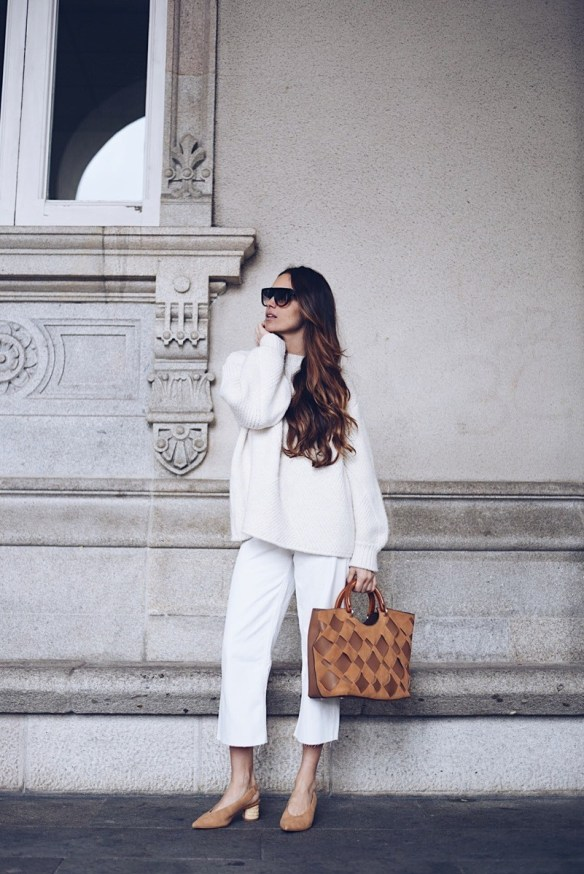 How to wear white jeans, cropped jeans with with warm jersey - La Selectiva